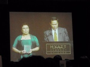 Pran's son and wife accept the Lifetime Achievement Award on his behalf.